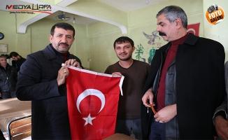 Başkan Ekinci Eyyübiyelilere Türk bayrağı dağıttı
