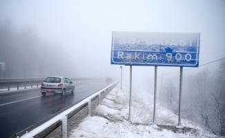 Bolu Dağı'nda yoğun sis ve kar yağışı