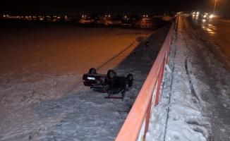 Köprüden düşen otomobilden yara almadan kurtuldu