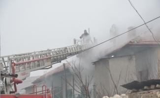 Polis memuru dumandan etkilenen çocuğa ceketini örttü