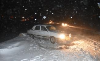 Kars'ta kar yağışı ve tipi nedeniyle yolda kalan hasta kurtarıldı