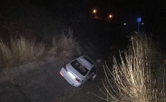 Uçuruma devrilen otomobilin sürücüsü yaralandı