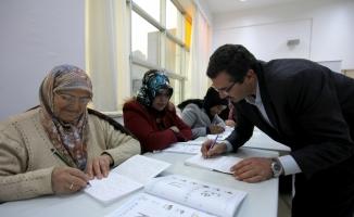 Okuma yazma kursuna katılanların ihtiyaçları belediye başkanından