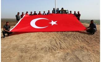 Şanlıurfa'nın Suriye sınırına dev Türk bayrakları