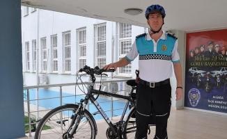 Makam aracı yerine bisiklet kullanıyor