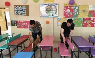 Okulun sıra ve masalarını boyadılar