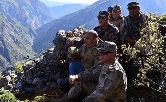 Teröristlerin 'girilemez' dediği alanda Mehmetçik ile çay içti