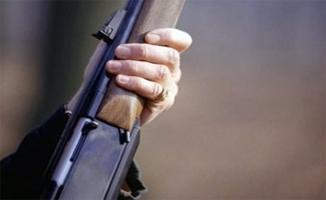 Av tüfeğiyle yılanı vurmak isteyen kişi 4 çocuğu yaraladı