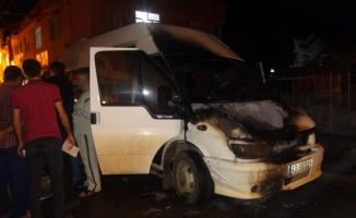 Ceylanpınar'da park halindeki minibüs yandı