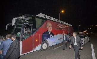 MHP seçim otobüsünün camı kırıldı