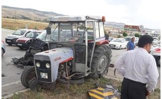 Minibüs ile traktör çarpıştı: 13 yaralı