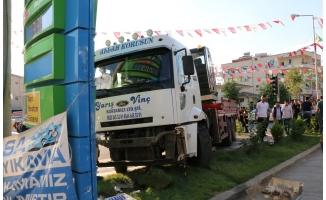 Siverek'te freni boşalan vinç, 2 kişiyi yaraladı