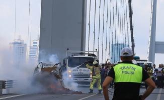 15 Temmuz Şehitler Köprüsü'nde otomobil yandı