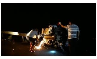 Bariyerlere çarpan otomobil alev aldı: 3 ölü