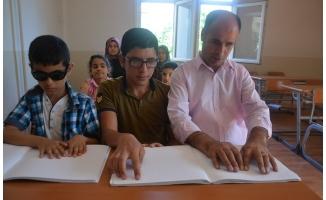 Siverek'te görme engelliler okuma yazmayı öğreniyor