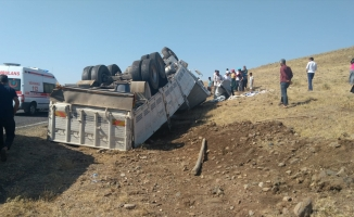 Siverek'te kamyon devrildi: 6 yaralı