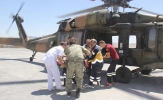 Üzerine sıcak su dökülen bebek askeri helikopterle kurtarıldı
