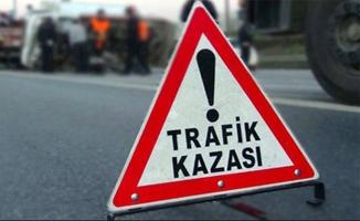 Yol kenarına savrulan motosikletten düşen 2 kişi öldü