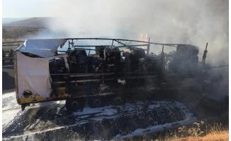 Antep-Urfa yolunda pamuk yüklü tır yandı!