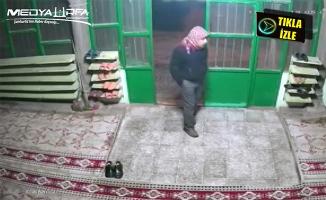 Camideki ayakkabı hırsızlığı güvenlik kamerasında