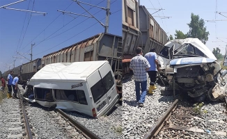 Mersin'de yük treni servis minibüsüne çarptı