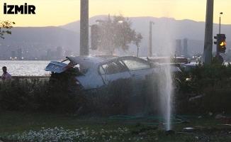 Otomobil trafik ışıklarına çarptı: 2 kişi öldü