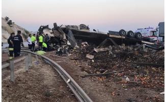 Antep-Urfa yolunda tır devrildi: 3 ölü