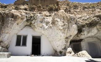 Kışı evlerinde yazı mağarada geçiriyorlar