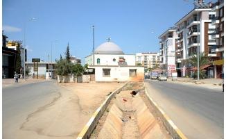 İki yol arasında kalan cami dikkati çekiyor
