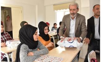 Başkan Aydın'dan öğrencilere kitap desteği