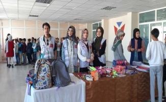 Üniversitelilerden ihtiyaç sahibi öğrencilere kırtasiye yardımı