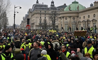Fransa'da sarı yeleklilerin gösterileri devam ediyor