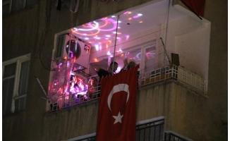 Urfalı çocuklar İstiklal Marşını Balkonlardan Söyledi