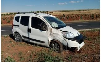 Hafif ticari araç refüje çarptı: 3 yaralı