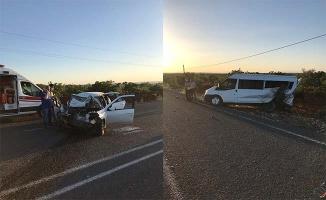 Otomobil park halindeki minibüse çarptı: 2 yaralı