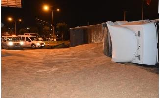 Siverek'te buğday yüklü tır devrildi: 1 yaralı