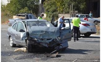 Siverek'te iki otomobil çarpıştı: 3 yaralı