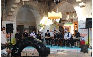 Urfalı gençler Gümrükhan'da sahne aldı