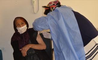 111 yaşındaki kadına CoronaVac aşısı yapıldı