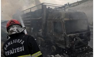 Şanlıurfa'da alev alan kağıt yüklü tır yandı