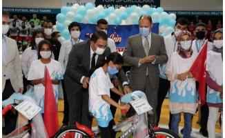 Gülpınar ve Canpolat öğrencilere bisiklet dağıttı