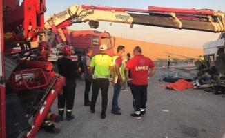 Tarım işçilerini taşıyan minibüse tır çarptı: 3 ölü, 16 yaralı