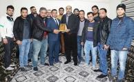 Suriyelilerden Akçakale Belediyesine teşekkür plaketi